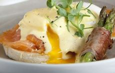 Eggs Benedict with smoked salmon and asparagus recipe