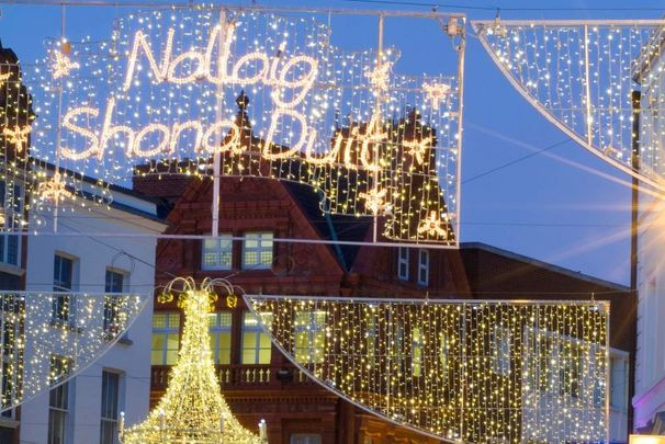 "The iconic ""Nollaig Shona Duit\"" Christmas light display hanging over Grafton Street in Dublin\'s City Centre."
