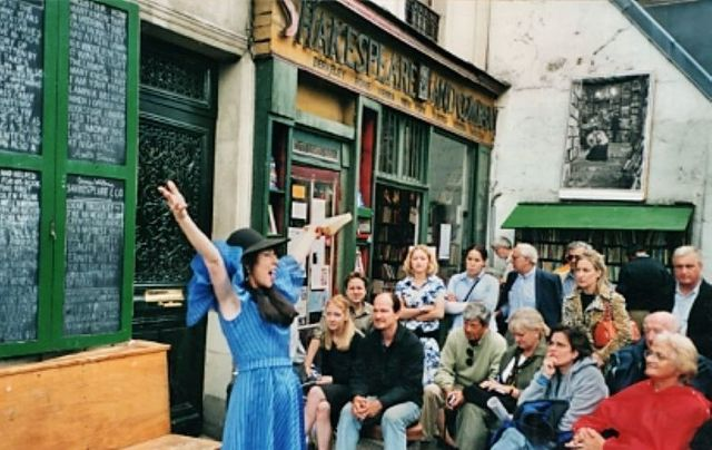 Maria D\'Arcy reciting from Ulysses outside Shakespeare & Co