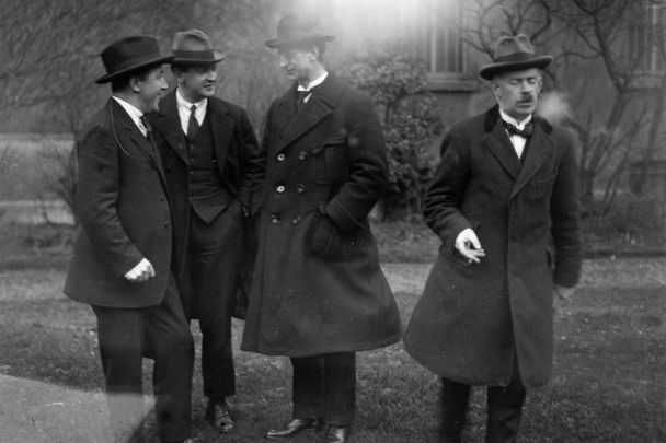 Michael Collins (center left) chats without Eamon de Valera (center right) before the outbreak of the Irish Civil War.