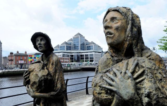 Statues that commemorate Ireland\'s Great Hunger in Dublin.