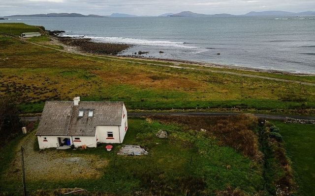 Castle Cottage in western Connemara boasts spectacular panoramic views of the Atlantic Ocean and the surrounding countryside.