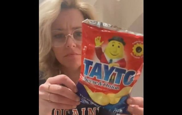 """Elizabeth Banks has moved to Ireland and has discovered Irish \""""chips\"""" Tayto!"""