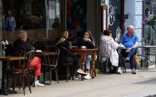 Outdoor diners in Dublin City Center.