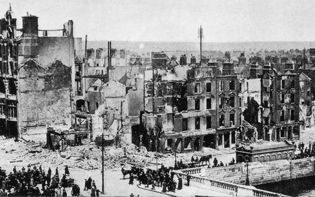 Corner of Sackville Street (O\'Connell St) and Eden Quay: Day to day life continues after the bombing of Dublin during the Easter Rising 1916.