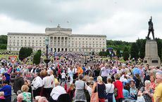 Thumb_cut_queen_at_stormont_jubilee_20k_2008_rollingnews