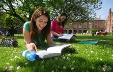 Thumb_girls_reading_on_queens_universirty_lawn