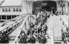 Thumb_irish-immigrants-ellis-island