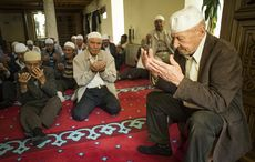 Thumb_men_at_prayer_in_a_mosque