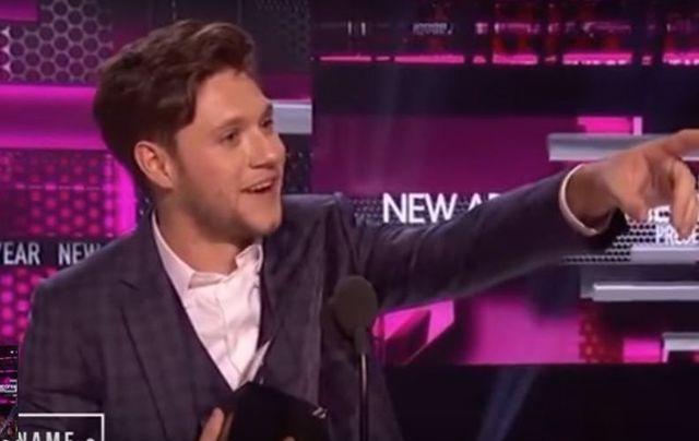 Niall Horan accepting his award at the AMAs.