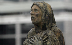 Thumb_mi_famine_victim_irish_woman_quays_memorial_rollingnews