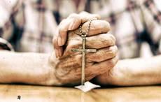 Thumb_old-man-praying-rosary-getty