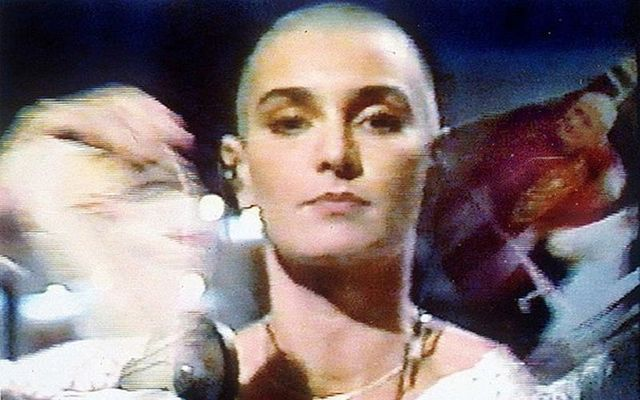 Singer Sinead O\'Connor ripping up an image of the Pope o Saturday Night Live.
