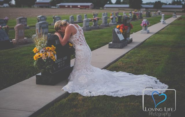 Jessica Padgett visits her late fiancé\'s grave on their would-be wedding day