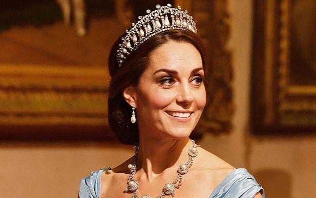 Duchess Kate wearing Princess Diana\'s favorite tiara at a state dinner