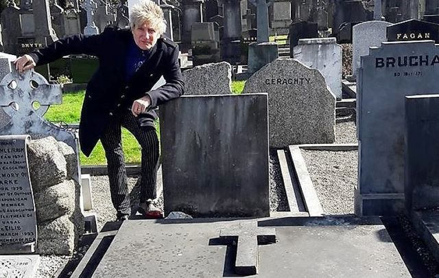 Rod Stewart visits the grave of Grace Gifford-Plunkett at Glasnevin Cemetery