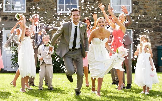 The Irish know how to do a wedding. Here are some old Irish traditions that have survived.