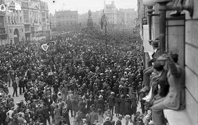 Thousands line O\'Connell St (then known as Sackville St) for Michael Collins\' funeral.