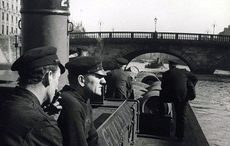 Thumb_mi_guinness_storehouse_archives_men_barge_liffey_river
