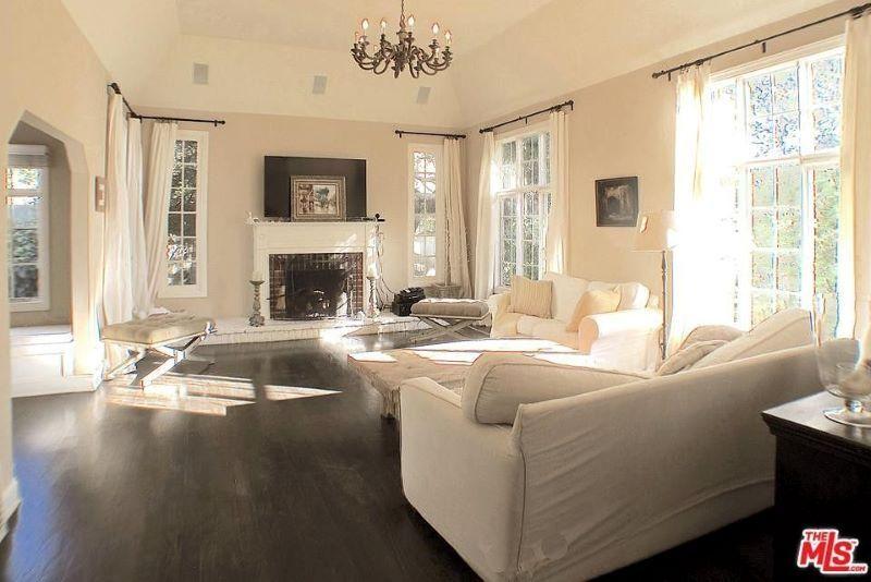 The living room (Realtor.com)