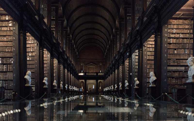 Библиотека длинной комнаты в дублинском Тринити-колледже. Кредит: Getty Images