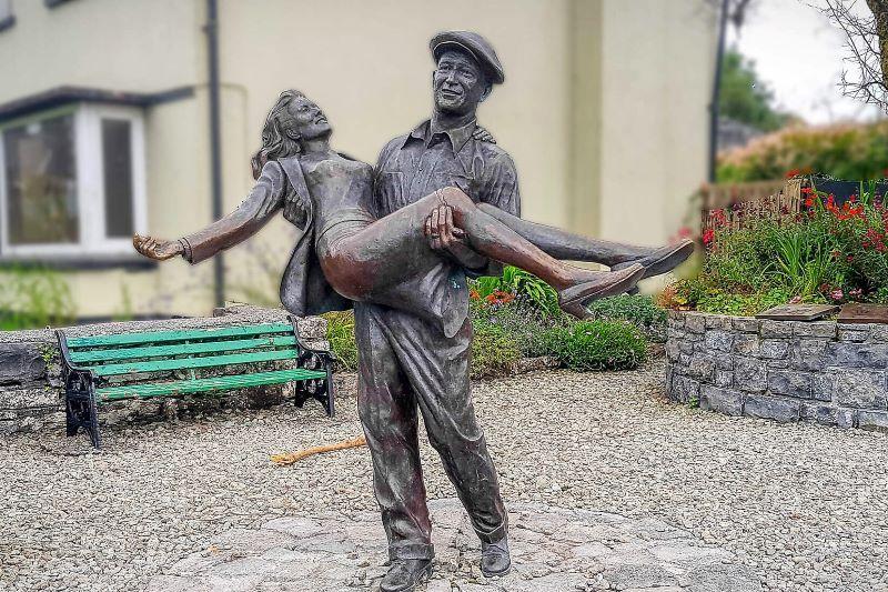 Estatua de John Wayne y Maureen O'Hara en Cong, Co Mayo.  (El contenido se recopila en Irlanda)