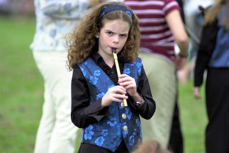 Un suonatore di tin whistle al Fleadh Cheoil 2003 in Irlanda (RollingNews.ie)